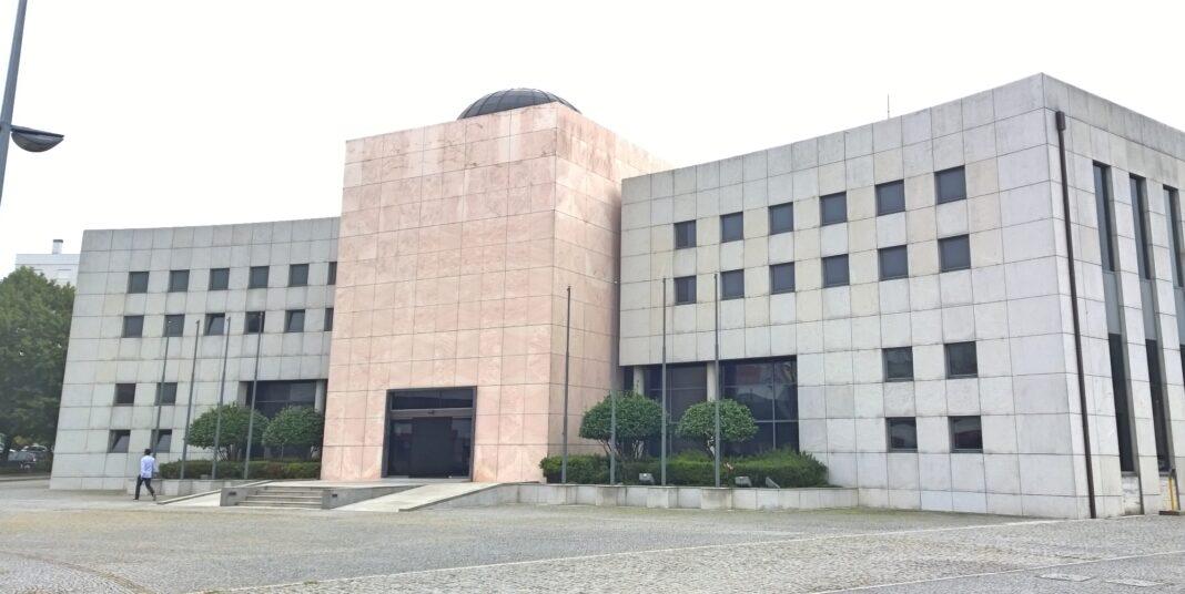 Cidadaos-pacenses-sao-barrados-a-porta-da-Assembleia-Municipal-de-Pacos-de-Ferreira