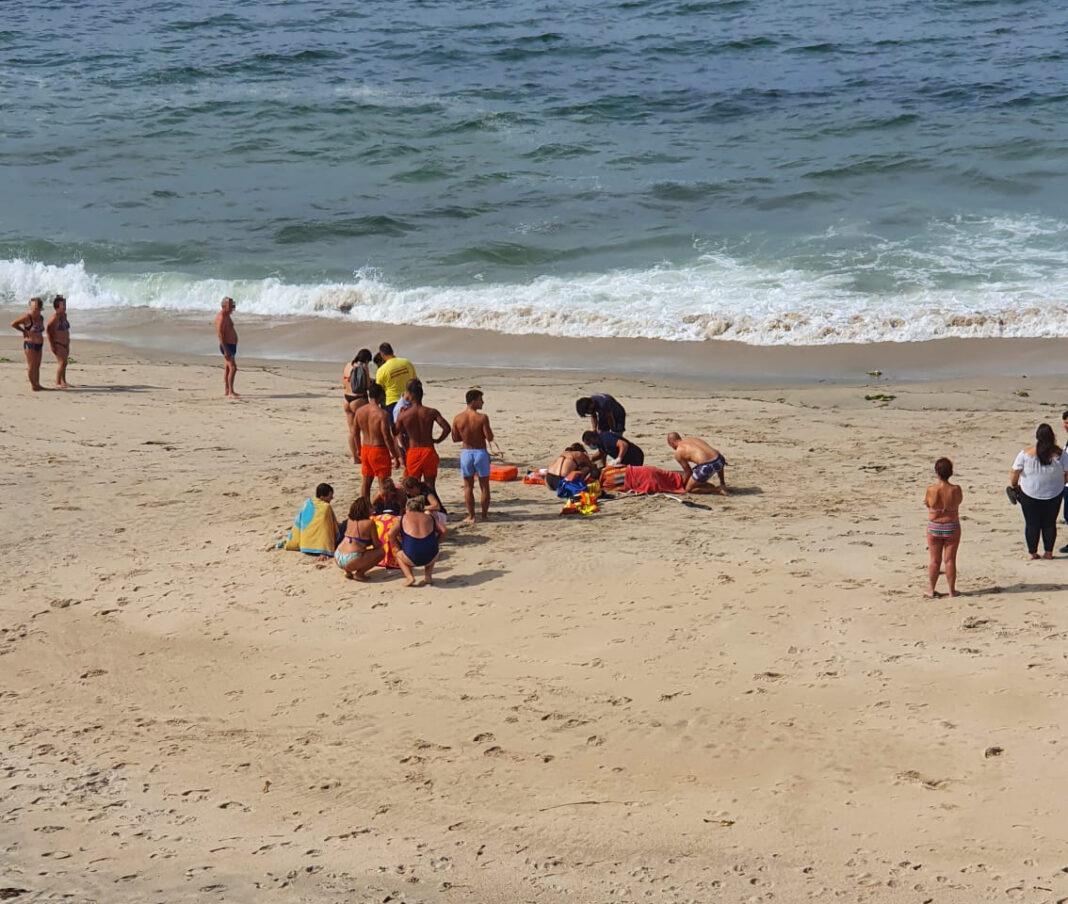 Cinco-pessoas-foram-resgatadas-na-praia-de-Atlantica-apos-terem-sido-arrastadas-por-um-agueiro