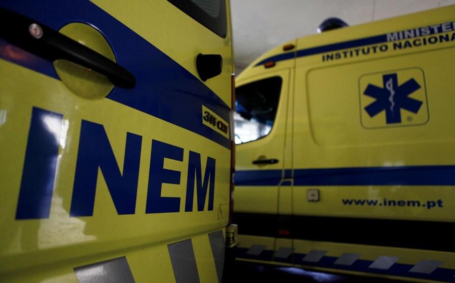 Mulher foi socorrida pelos Bombeiros da Póvoa de Varzim depois de cair do primeiro andar de um prédio