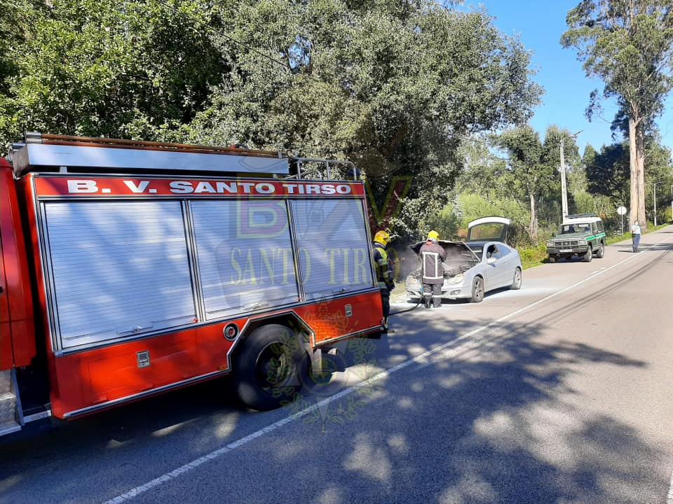 Carro-incendeia-se-na-zona-da-Reguenga-em-Santo-Tirso