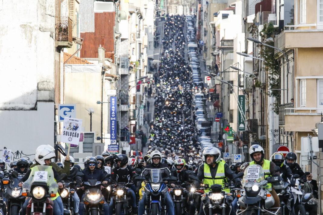 Motociclistas-juntam-se-para-manifesto-contra-as-inspecoes-as-motos